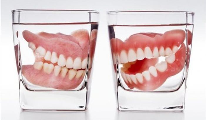 зубной протез в стакане