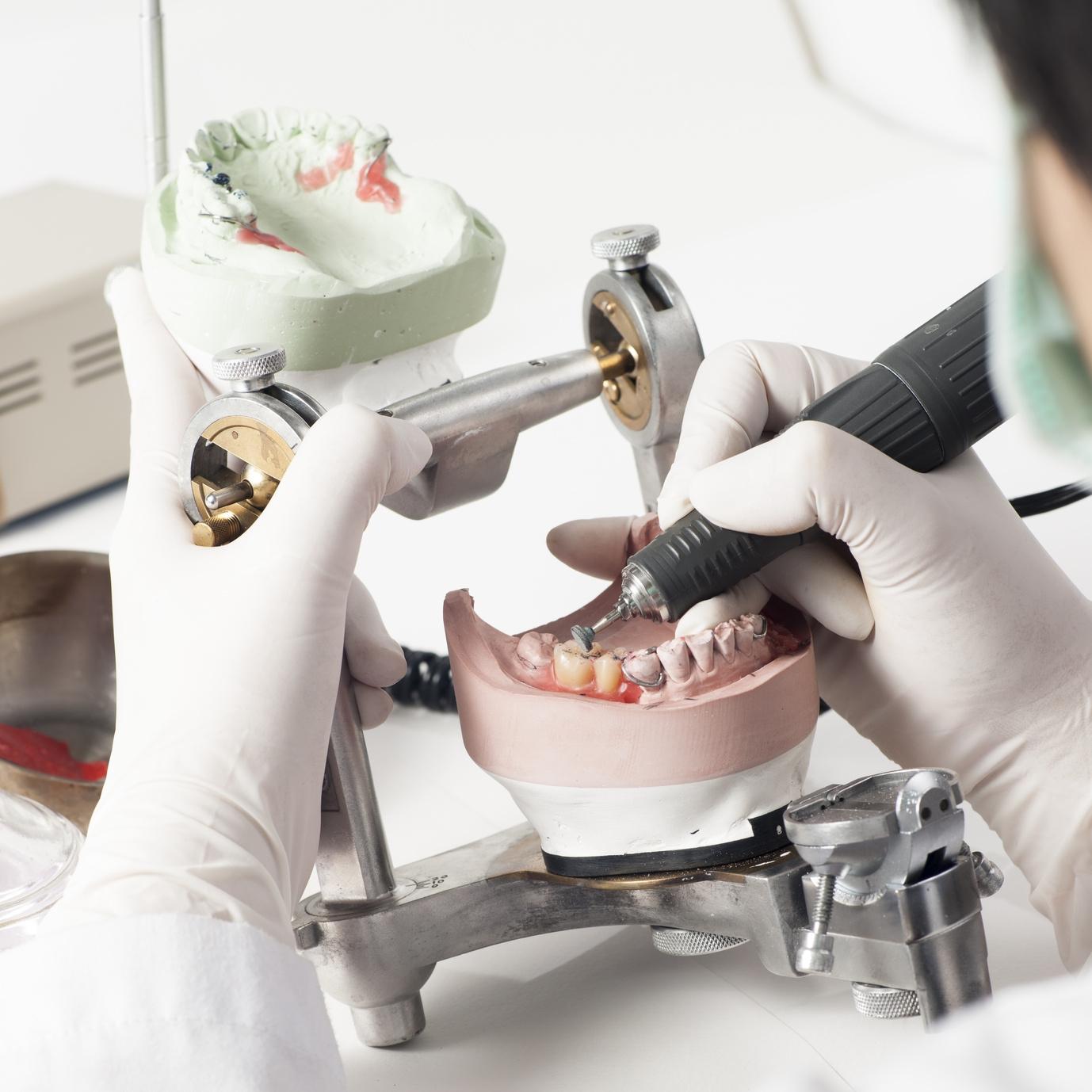 работа зубного техника