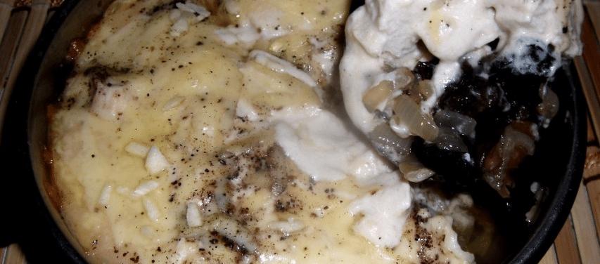 Жульен с курицей и грибами на сковороде
