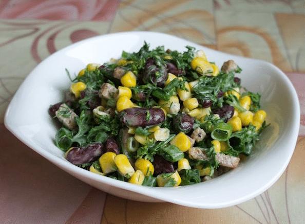 Салат с фасолью и сухариками, с курицей и колбасой. 7 простых и вкусных рецептов