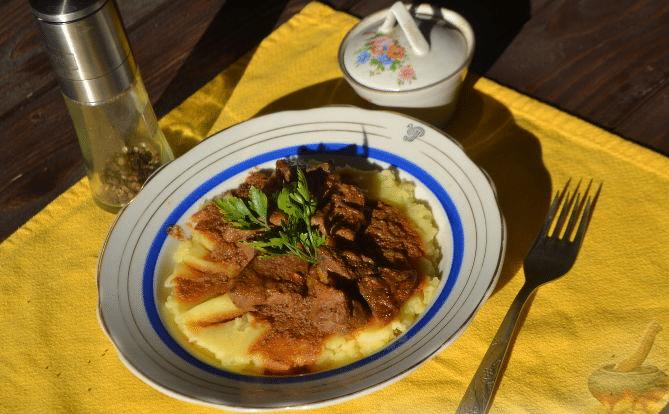 Картофельное пюре с говяжьей печенью в томатном соусе