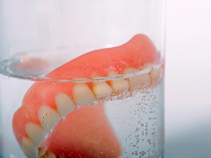 Как и где хранить съемный зубной протез