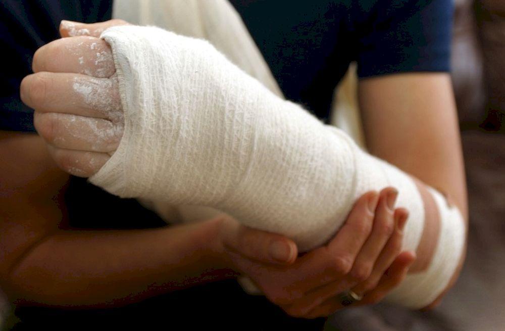 Первая медицинская помощь во время переломов костей