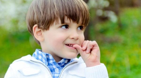Почему дети грызут руки на руках