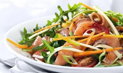 salat-iz-pomidorov-s-lososem