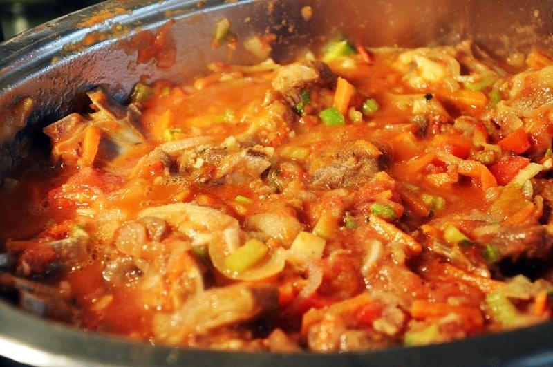 смешиваем мясо с помидорами и чесноком