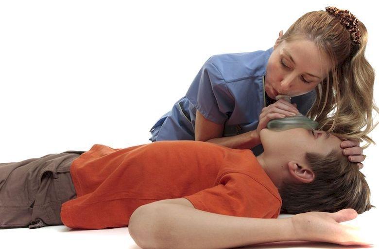 Что делать, если ребенок подавился: первая помощь
