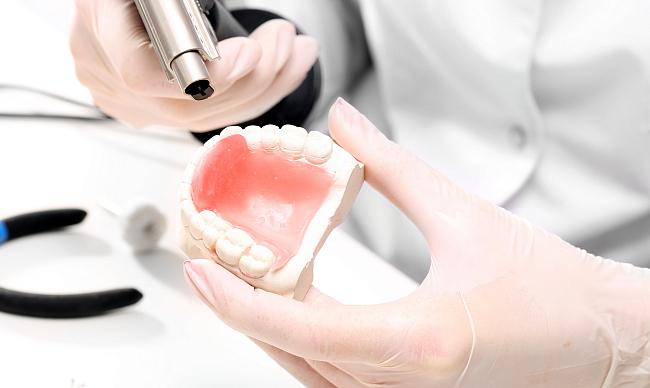 поломка зубного протеза