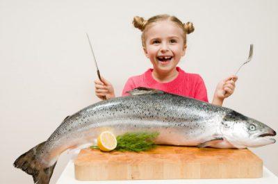 Ребенок есть рыбу