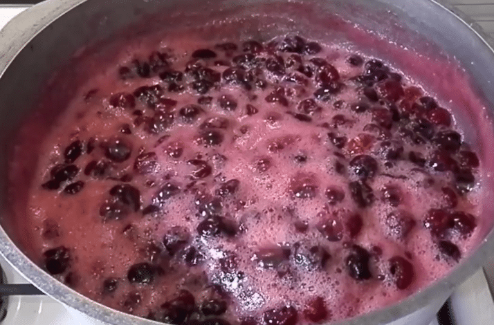 Рецепт густого вишневого варенья с косточками на зиму