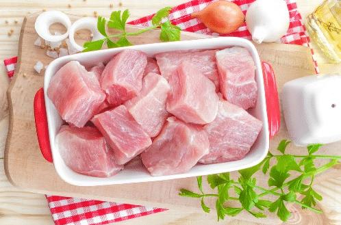 Подготавливаем кусочки. Какие должны быть куски мяса, чтобы шашлык не получился сухим?