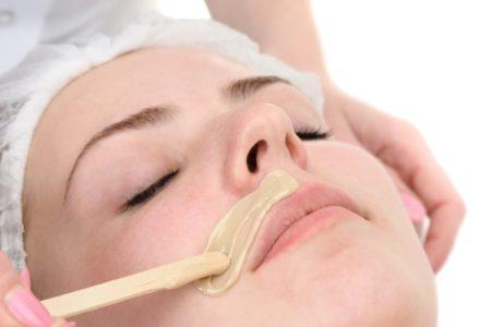 Как используют воск для удаления волос на лице