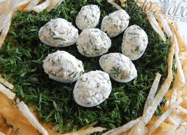 Салат гнездо глухаря слоями. Пошаговые рецепты с грибами и копченой курицей