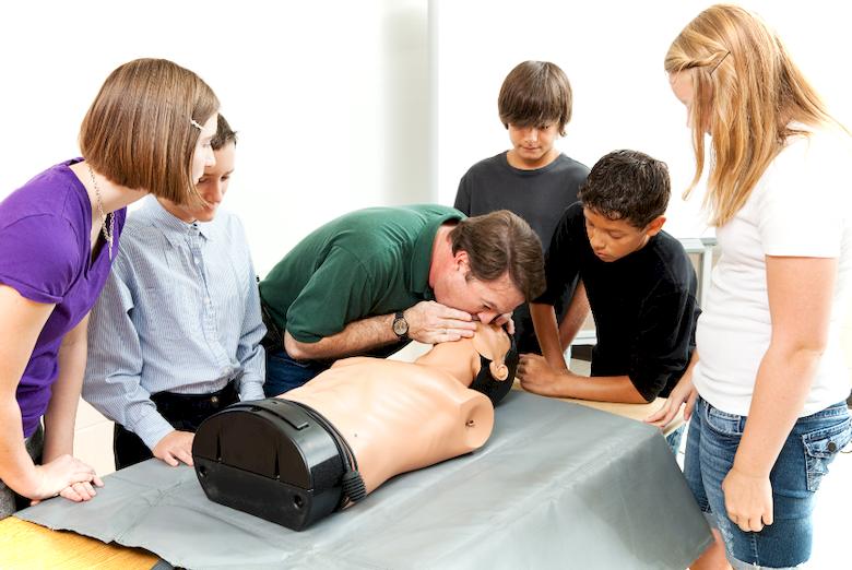 Как делать искусственное дыхание: последовательность действий